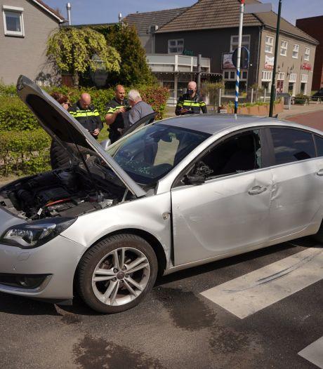 Auto belandt op zijkant doordat bestuurder een steen raakt