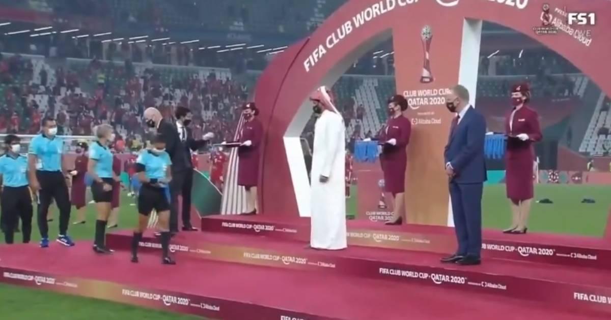 Un prince qatari refuse de saluer les femmes arbitres lors de la cérémonie du championnat du monde des clubs - 7sur7