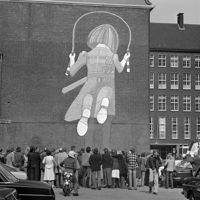 In 1976 werd van zijn hand Co Westerik dit kunstwerk 'het Touwspringende meisje' onthuld. heeft jaren de wand van politiebureau Haagseveer gesierd tot aan de sloop.