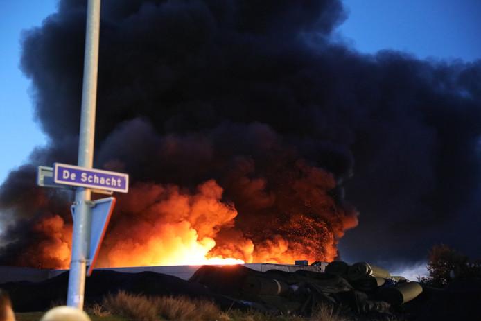 Grote brand bij Tuf Recycling in Dongen.