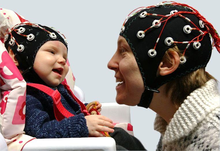 Wanneer je een baby aankijkt, synchroniseren jouw hersenen en die van de baby en dat zet de deur open naar een betere communicatie.