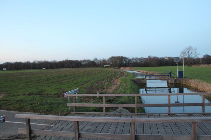 De Leerinkbeek bij Borculo. Links van de beek ligt het gebied in de hoek tussen de N315 (achtergrond) en de N822 waar Eneco een 5 hectare groot zonnepark wil aanleggen. Bij de stuw benut het Waterschap Rijn en IJssel wind- en zonnestroom voor een installatie.