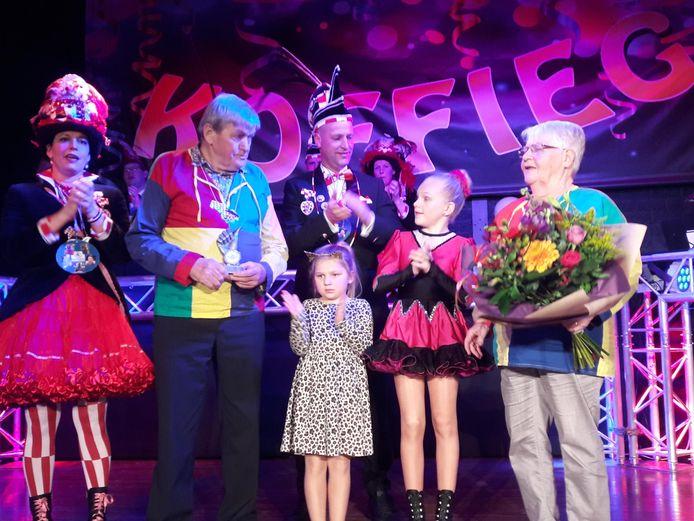 Koffieleuters van Verdienste Janus en Truus Kwinten met kleinkinderen geflankeerd door prinsenpaar D'n Brabander tijdens de Koffiegatse Zittingsavond in Westerhoven