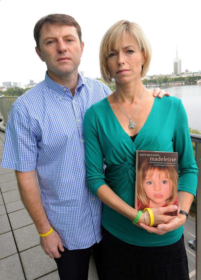 Kate en Gerry McCann, de ouders van de vermiste Maddie. Kate houdt haar in 2011 gepubliceerde boek 'Maddie' vast.