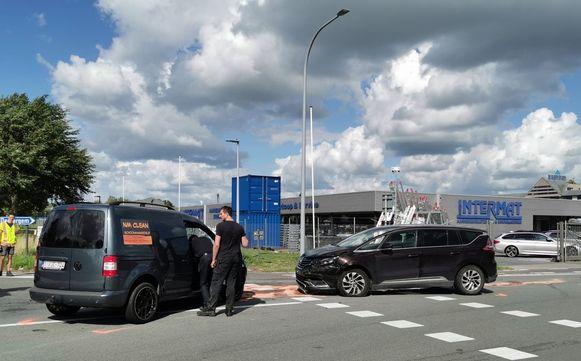 De botsing gebeurde op het kruispunt van de Randweg met de Nijverheidsstraat in Meulebeke.