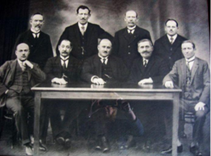 De negen smeden die in 1919 de coöperatieve Het Metaal oprichtten.