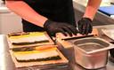 Sushi wordt klaargemaakt in de Overloonse supermarkt.