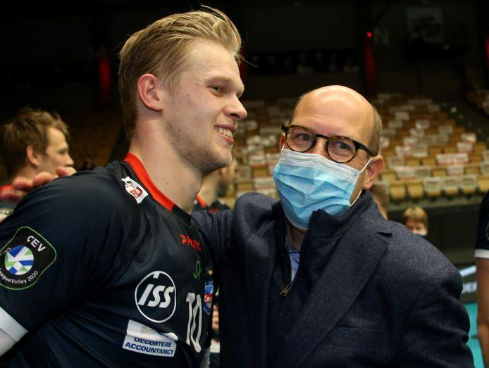 Mathijs Desmet krijgt felicitaties van voorzitter Francis De Nolf.