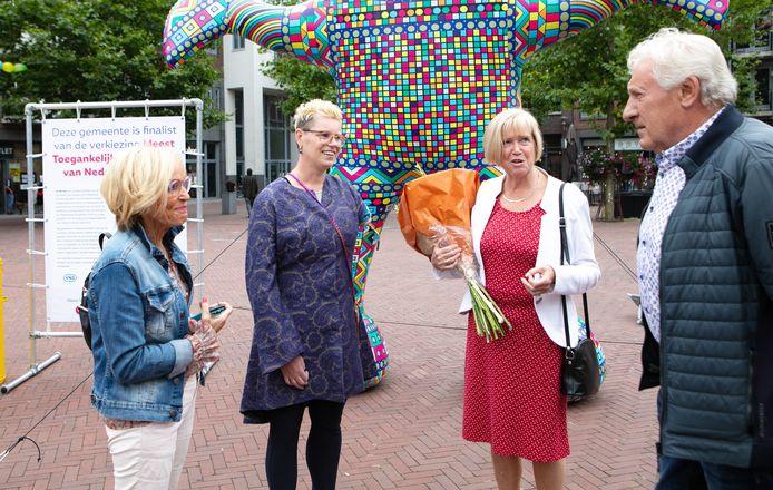 Van links naar rechts: Klari Baarslag, Karin van der Haar, Mary Looman en Henk Meijerink bij het opblaaskunstwerk op de Markt in Hardenberg.