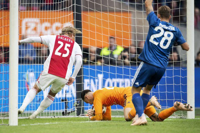 Justin Bijlow van Feyenoord is te laat op een schot van Frenkie de Jong van Ajax die de 1-0 scoort.  Links Kasper Dolberg van Ajax. Beeld ANP