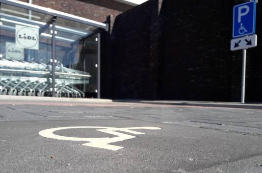 De parkeerplaats voor gehandicapten achter de Lidl in Gennep.