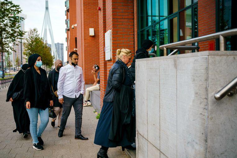 Advocaat Nelleke Stolk (R) en nabestaanden van Humeyra komen aan bij de rechtbank voor de uitspraak in het hoger beroep. Beeld ANP