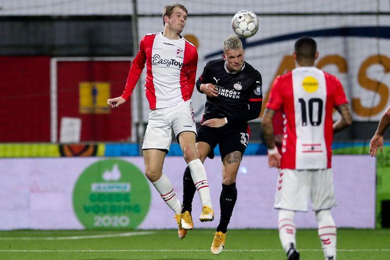Nikolai Laursen van FC Emmen in duel met Philipp Max van PSV.  Beeld BSR Agency