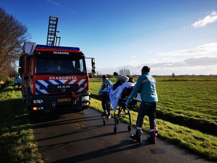 Het hondje ging zelfs mee op de brancard toen zijn baasje door ambulancepersoneel ter controle naar de ambulance werd gereden.