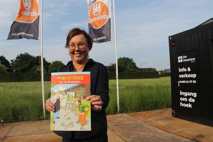 Mieke Borret van Driemo met het stripverhaal op de plaats waar project De Hazelaar zal verrijzen.