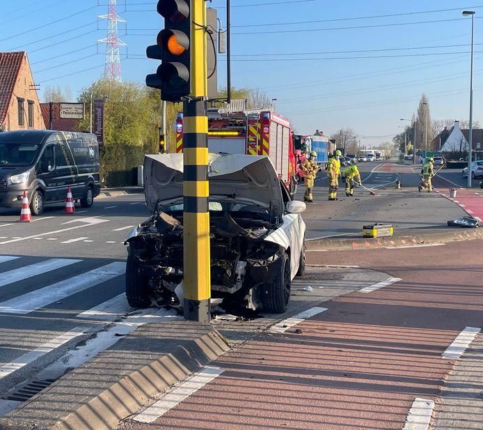 De BMW kwam uiteindelijk met een knal tot stilstand tegen een verkeerslicht in Hulste (Harelbeke).