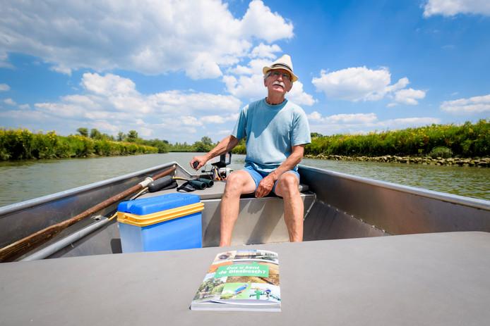 Wim van Wijk op een boot in zijn geliefde Biesbosch.