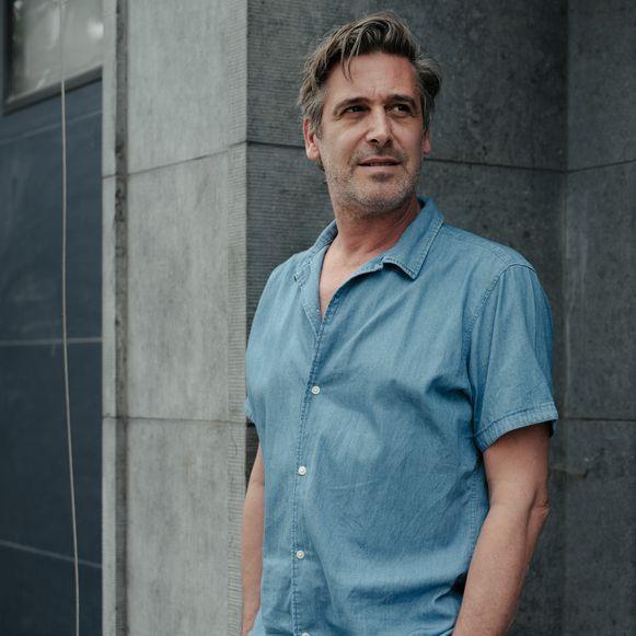 Johan Terryn verloor zijn vader tijdens de lockdown en maakt nu de podcast 'Het uur blauw' over verlies.
