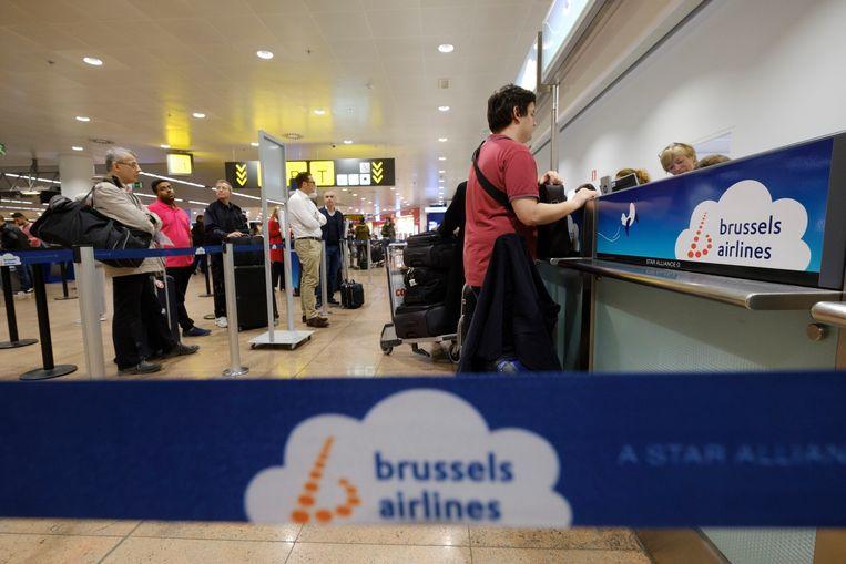 Klanten aan de balie van Brussels Airlines (voor de lockdown). Beeld Photo News