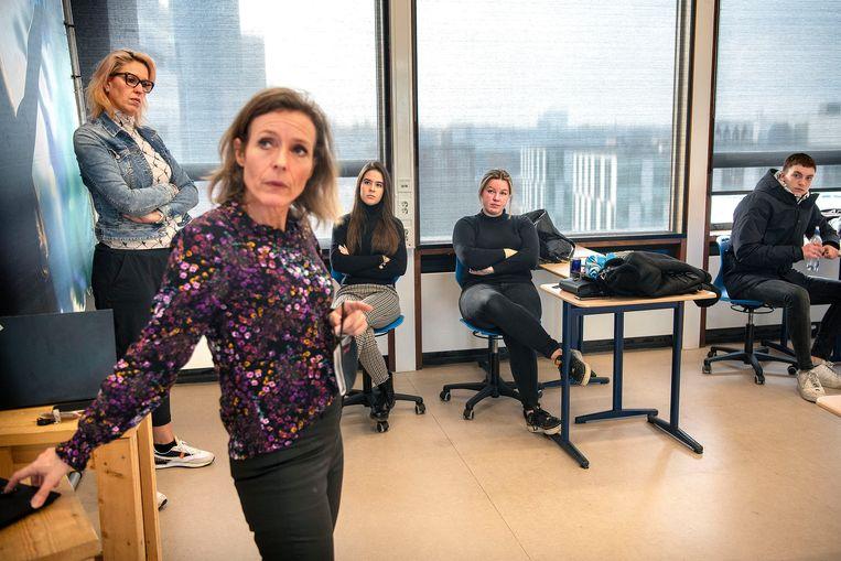 Marije Lissenberg legt het plan uit.  Beeld Guus Dubbelman / de Volkskrant