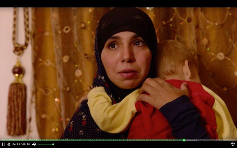 Bouchra Abouallal en een van haar kinderen (screenshot uit reportage Vranckx). Beeld VRT
