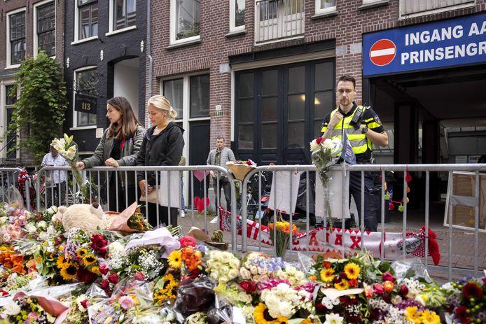 De bloemenzee voor Peter R. de Vries, op de plek waar hij werd neergeschoten in de Lange Leidsedwarsstraat in Amsterdam.