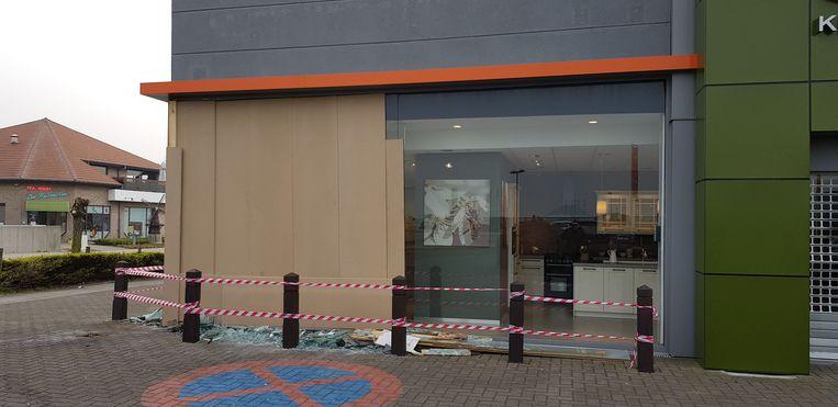 De brandweer stutte de winkel en timmerde de ramen dicht.