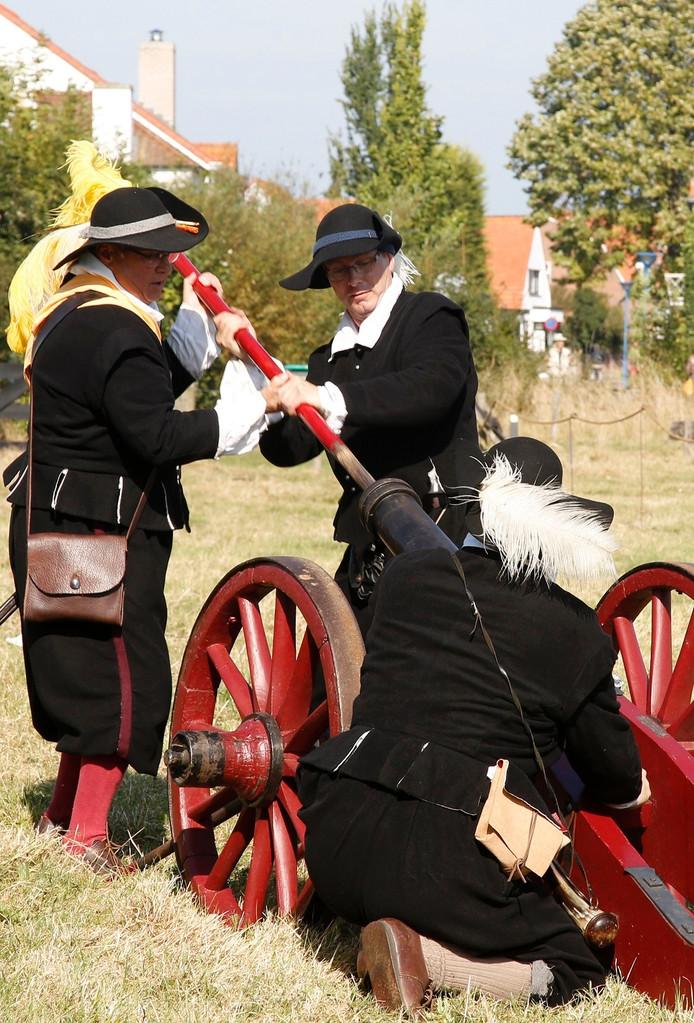 Het kanon wordt gevuld voor een oorverdovend saluutschot dat tot ver in de omgeving te horen is.