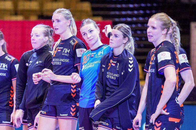 De Nederlandse speelsters staan er verslagen bij na het pak slaag tegen Rusland.  Beeld BSR Agency