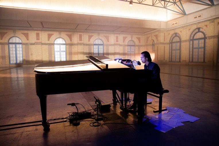 In Idiot Prayer zien we Nick Cave alleen achter de piano, spelend zonder opsmuk in een lege concertzaal. Beeld