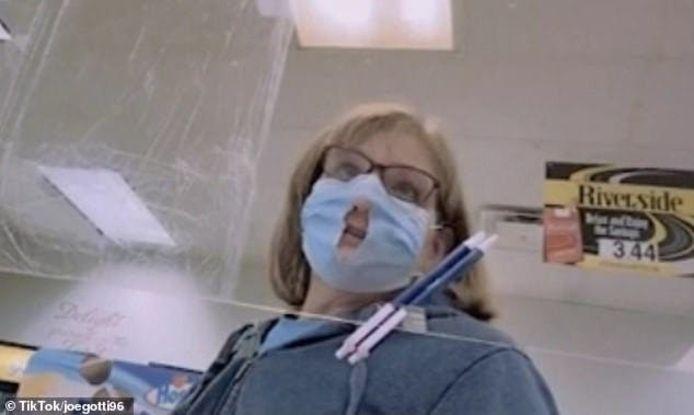"""Een Amerikaanse vrouw knipt een gat in haar mondmasker omdat ze dan """"makkelijker kan ademen"""""""