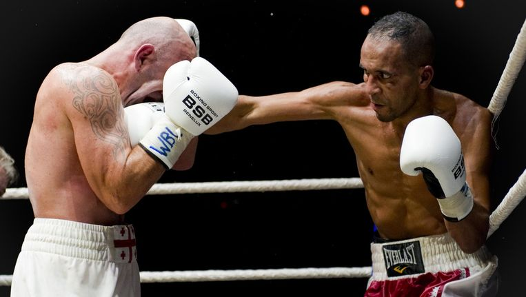 Boksers David Makaradze (links) en Hassan Ait-Bassou in Carré tijdens de zesde editie van de Ben Bril Memorial, het jaarlijkse boksgala van de Nederlandse boksbond, in oktober. Beeld ANP