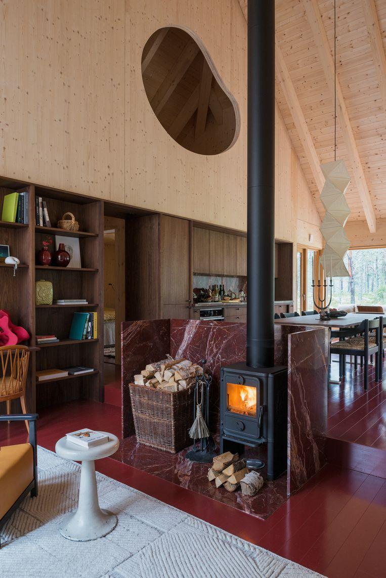 De opvallende, twee meter lange 'nier' in de wand benadrukt dat de cottage anders is dan de typische rechtlijnige en symmetrische stijl van het designbureau. Beeld Nin Solis