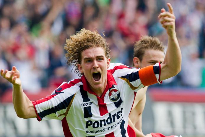 Arjan Swinkels juicht na een goal van Jens Podevijn tegen FC Den Bosch op 20 mei 2012.