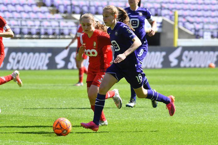 Jarne Teulings (r.), hier in duel met Gwyneth Vanaenrode (Standard), tekende een contract voor twee seizoenen bij Twente.