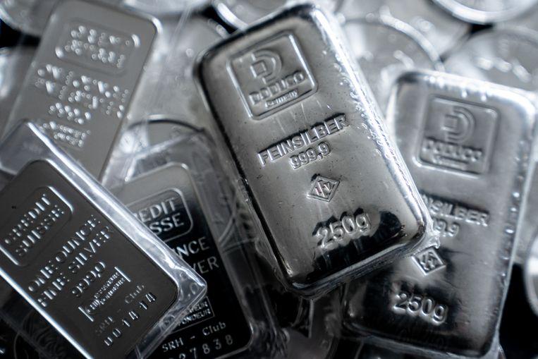 Zilveren munten en baren. De zilverprijs bereikte maandag het hoogste niveau sinds 2013. Beeld Rob Engelaar / ANP