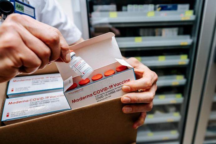 Het ZOL in Genk neemt de Moderna-vaccins in ontvangst.