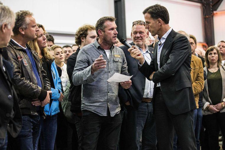 Premier Rutte ging woensdag in gesprek met boeren tijdens een stikstofbijeenkomst van de VVD.  Beeld ANP
