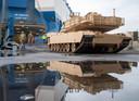 Een Abrams tank rolt van boord in de Vlissingse haven.