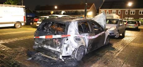 Vrouw uit Culemborg wordt wakker van brandlucht en ziet auto in lichterlaaie staan