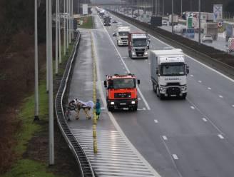 Ambulanciers evacueren patiënte uit rokende ziekenwagen naar pechstrook E17