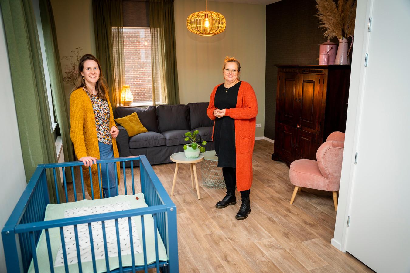 De twee initiatiefneemsters in hun opvanghuis in Sliedrecht.