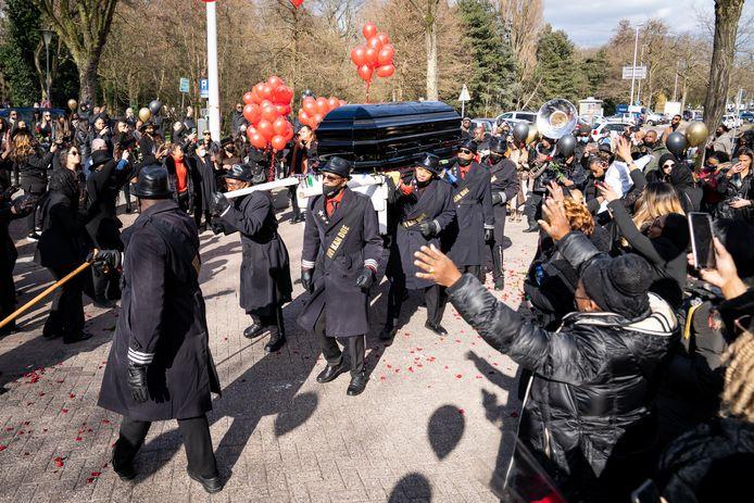 Veel mensen kwamen naar Rotterdam-Crooswijk om afscheid te nemen.