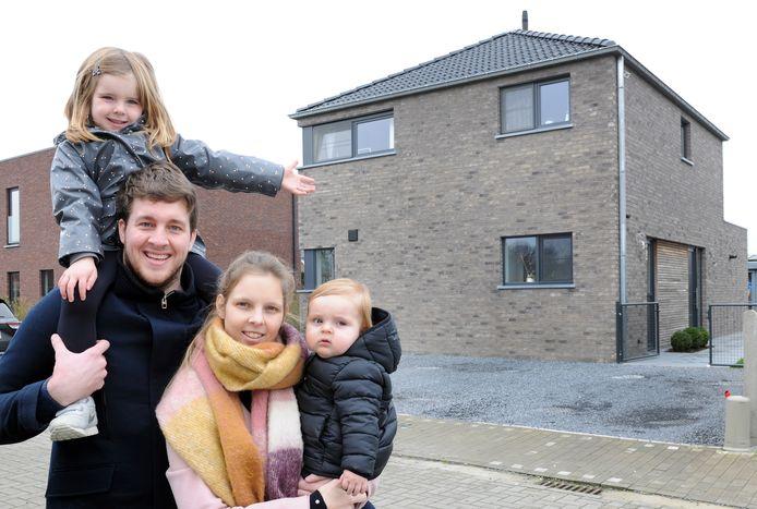 """Sven De Volder (31) en Julie Strobbe (30) huurden na hun studies eerst een appartement in het centrum van het Oost-Vlaamse Aalter. Dat ruilden ze eind 2017 in voor een vrijstaande nieuwbouw dik 10 km verderop in Landegem. """"Ik ben niet zo'n handige harry, dus zelf bouwen was geen optie en een grote renovatie zagen we ook niet zitten."""""""