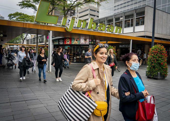 Voetgangers met en zonder mondkapjes in Rotterdam.