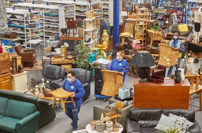 De winkelhal van Kringloopbedrijf Oss puilt uit met spullen.