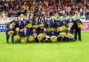 Reza Ghoochannejhad, hurkend de derde van rechts, viert de titel met Heerenveen B1. Ook op de foto: Lasse Schöne (staand vijfde van links), de gebroeders Drost (staand), huidig hoofdtrainer Johnny Jansen (staan, helemaal rechts) en links daarvan Joey van den Berg.
