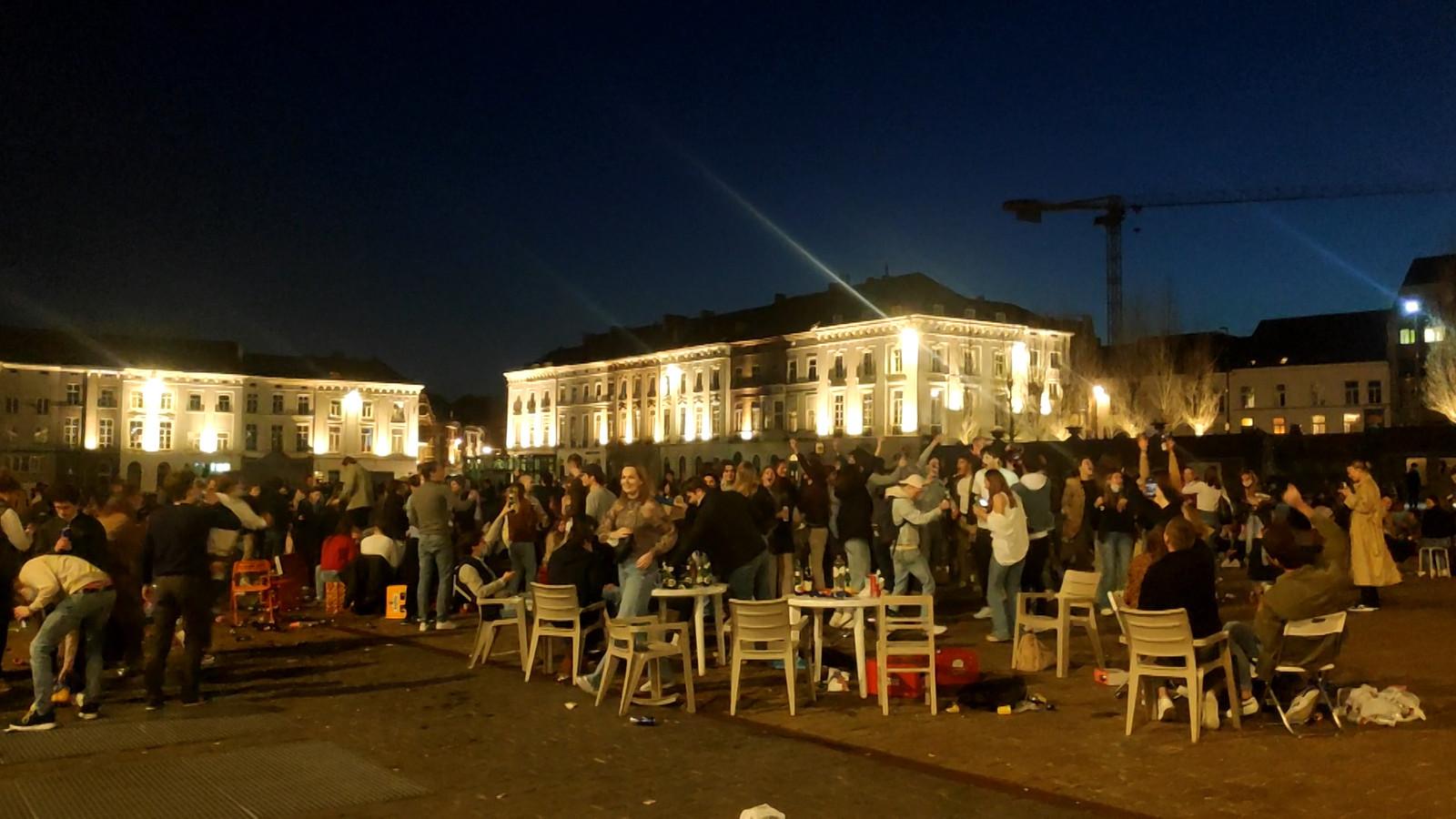 Jongeren bouwden woensdagavond feestje op het Sint-Pietersplein in Gent.