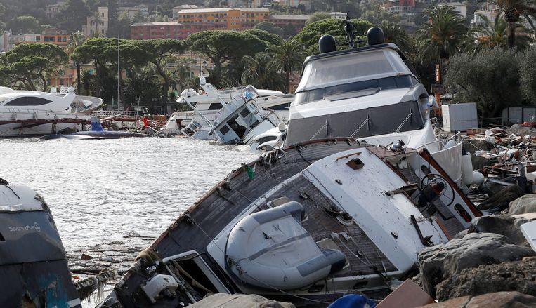 In de kustplaats Rapallo rukte de storm jachten los uit hun verankering en liet ze crashen op de oever.