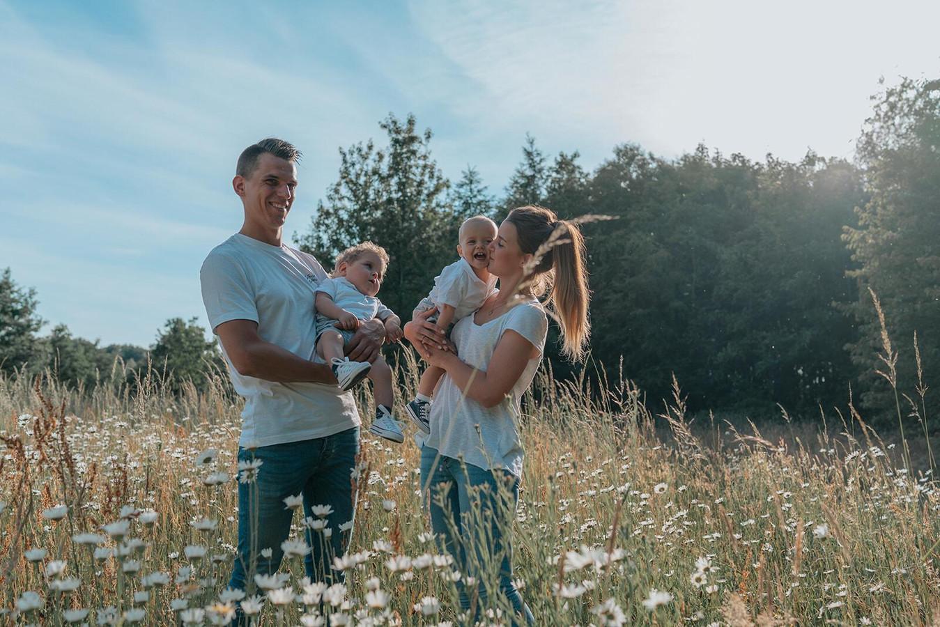 Andres Segers en Emily Rooryck met hun tweelingzoontjes Victor en Henri.